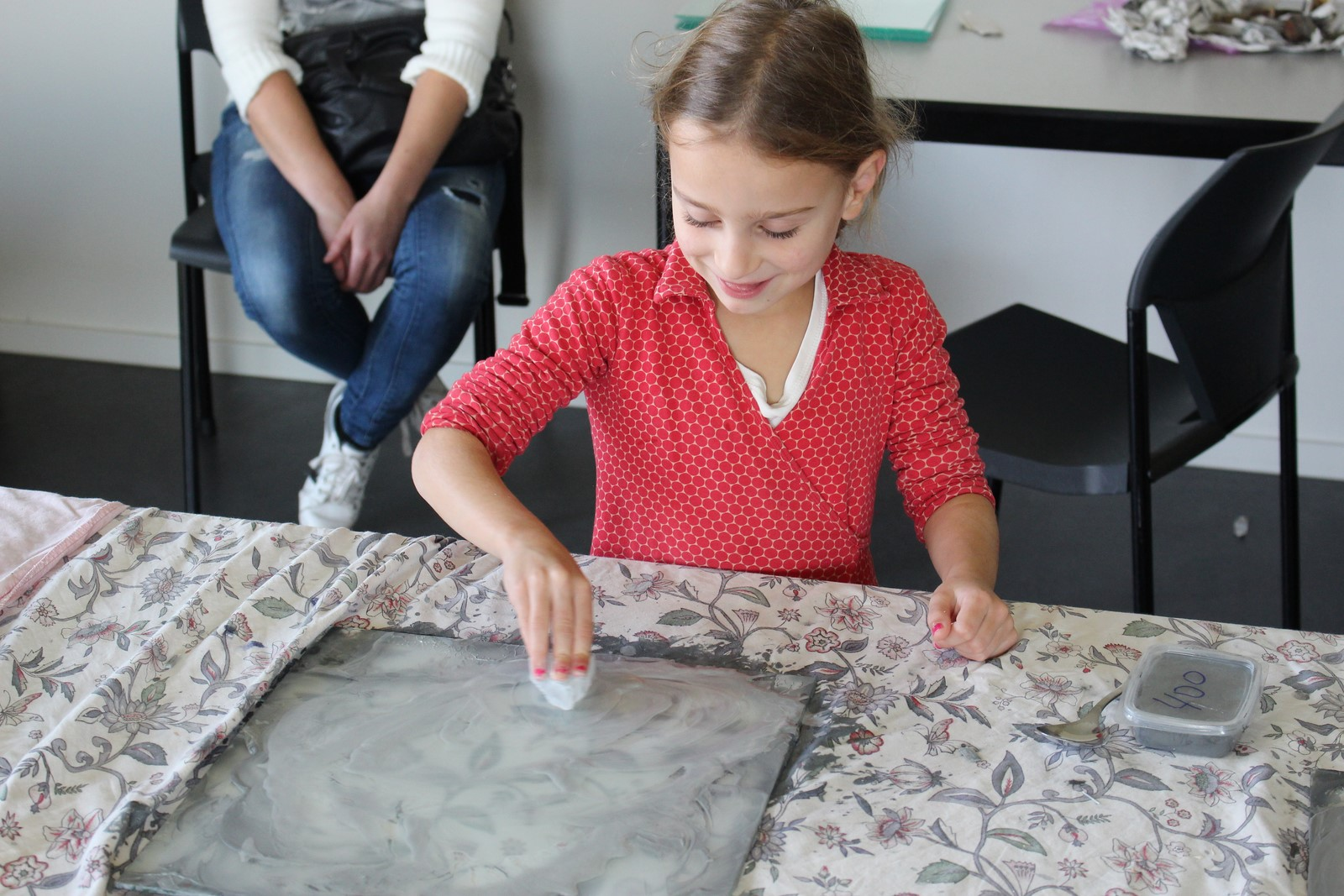 De jeugd enthousiast bezig met polijsten van de seleniet