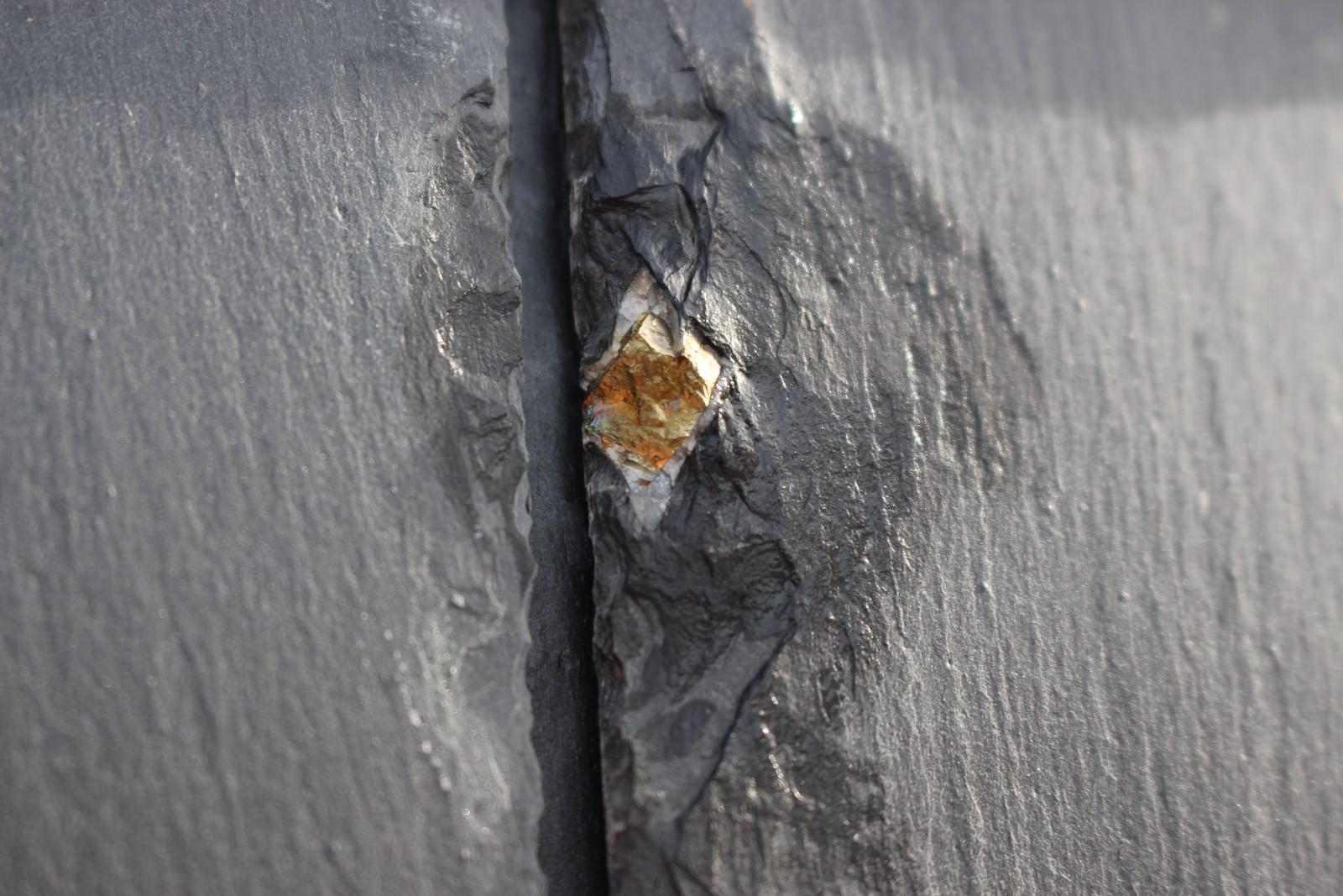 Leuke stukjes pyriet kun je zien zitten in de gevelbekleding van Dorpshuis de Berchplaets