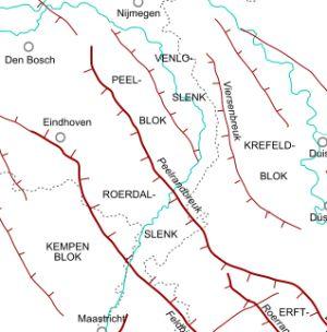 De breuklijnen in zuidoost Nederland. Het is duidelijk te zien dat de Roerdalslenk een relatief smalle strook is die ingeklemd zit tussen de Maashorst en het Kempenblok.