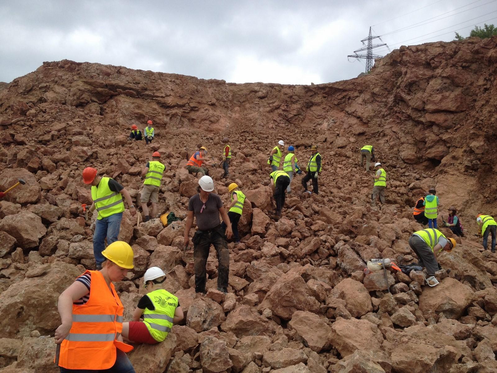 Op zoek naar mineralen op de verse rotshopen