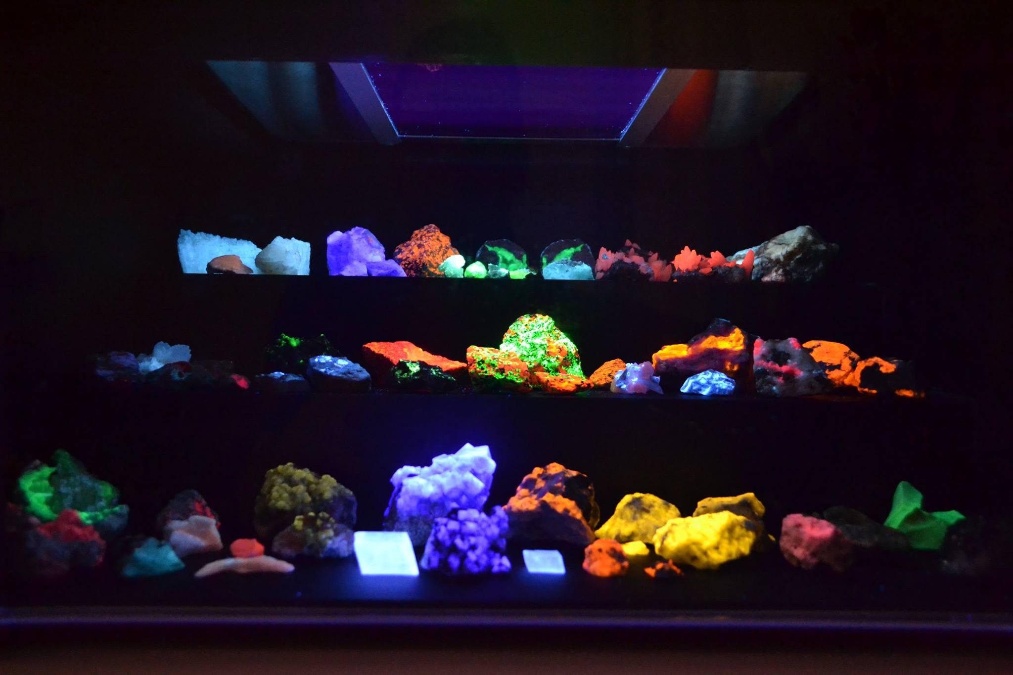 Een UV-kast van Wim Bruines met fluorescerende mineralen