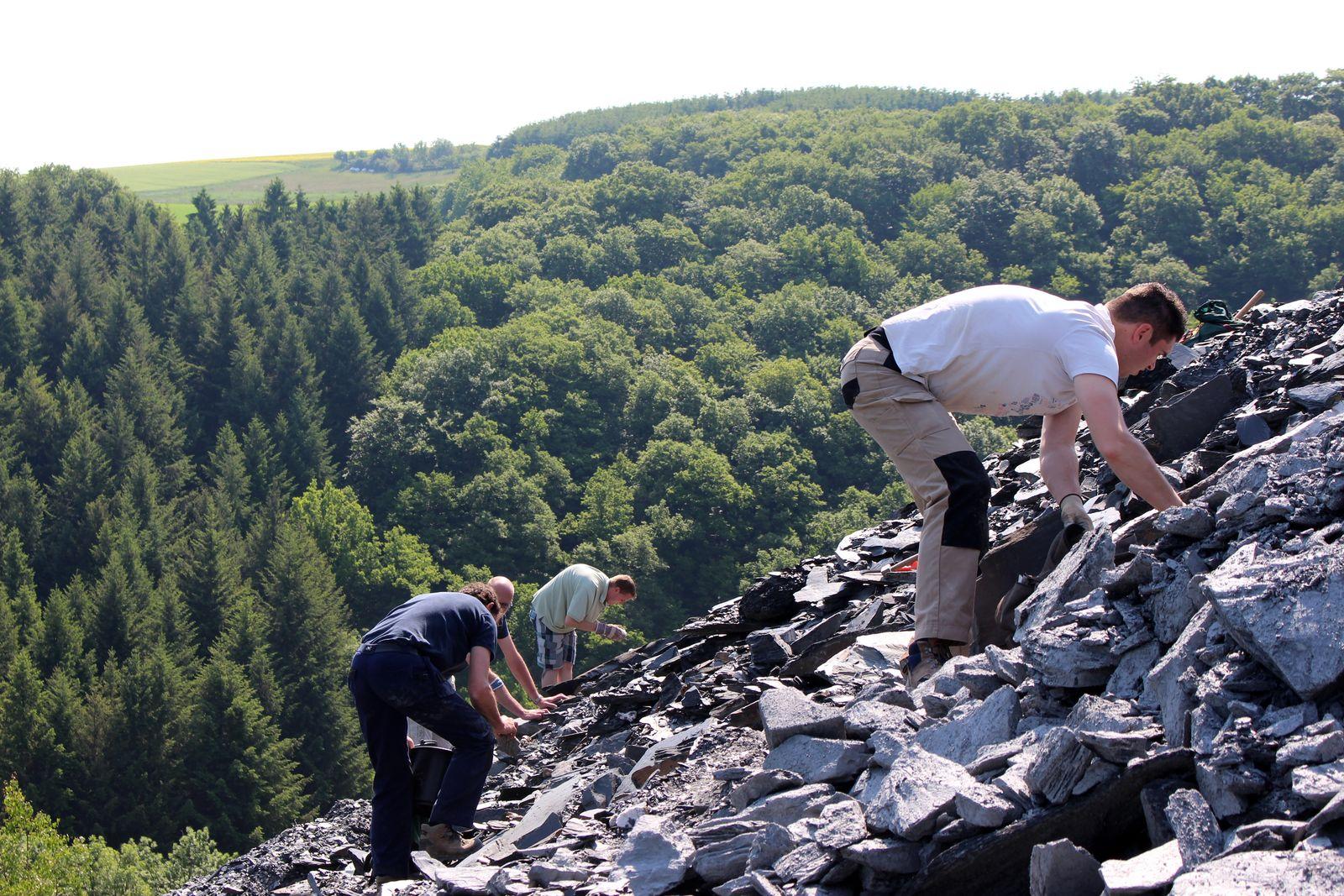 Geo-Oss leden op zoek naar mineralen op de dumpplaatsen te Altlay