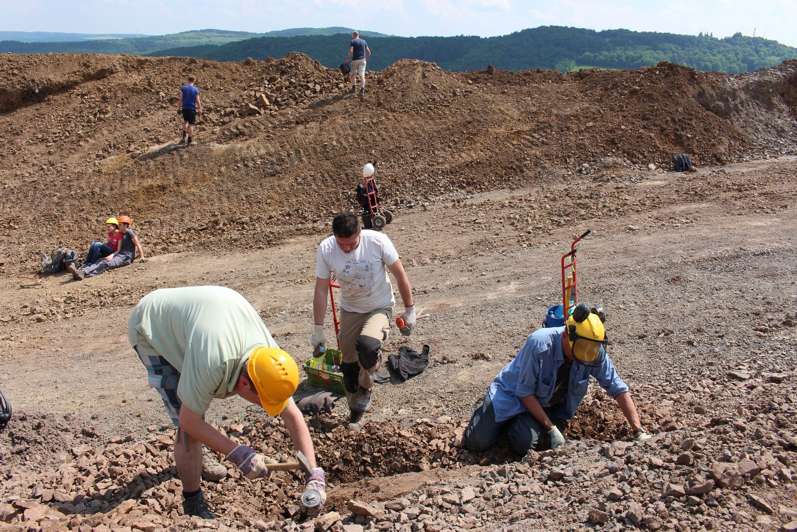 Geo-Oss leden op zoek naar mineralen te Juchem