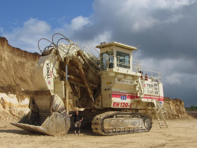 Geo Oss lid bij de TEREX RH120-E in de steengroeve bij Eben-Emael