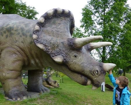 Bij het oertijdmuseum sta je oog in oog met een dinosaurus
